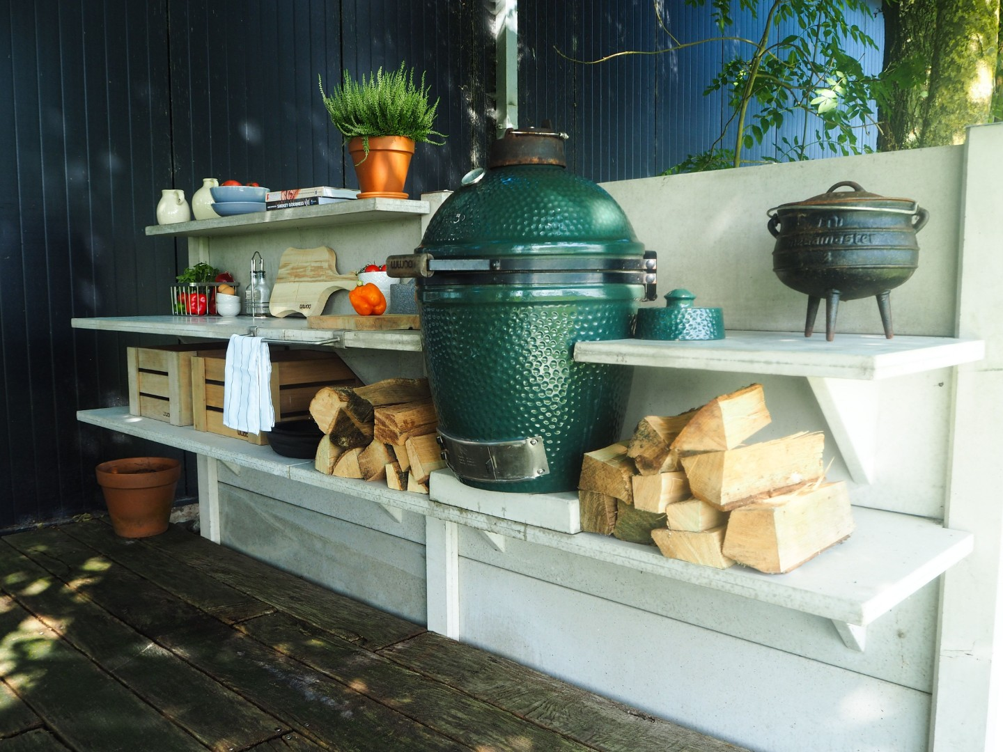 Medium Big Green Egg в кухне